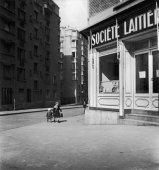 robert-doisneau-small-children-milk-1945